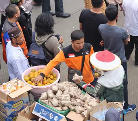 free-foods-fruits-for-mujahid-indonesian-muslim-protester