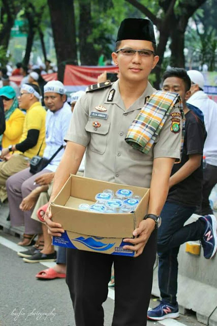 free-mineral-water-from-police-for-indonesian-muslim-protester