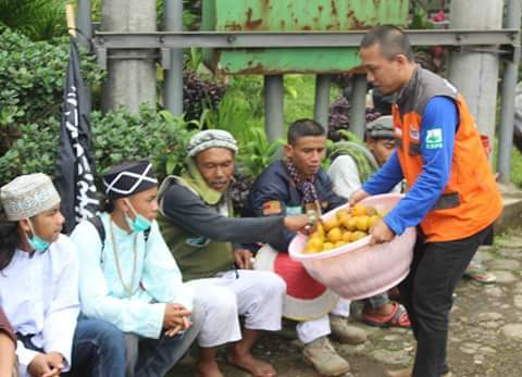 free-oranges-for-mujahid-indonesian-muslim-protester