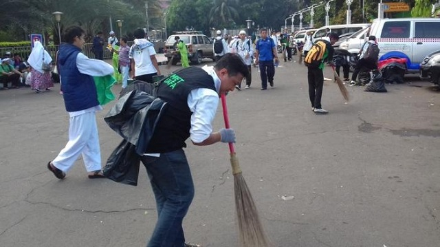 keep-clean-indonesian-muslim-protest-jakarta